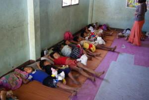 De kindertjes zien hun verrassing pas als ze wakker worden. We hebben het er stilletjes naast gelegd.