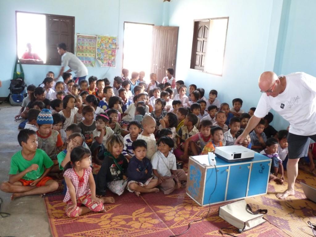 Birmese kindertjes kijken voor het eerst in hun leven naar een beamer die is geschonken door de lagere school in Oisterwijk DE BUNDERS
